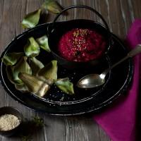 Rote Bete Hummus mit Artischocke Sesam