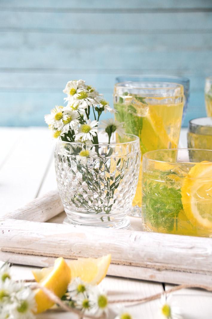 Zitronen und gelbe Blumen