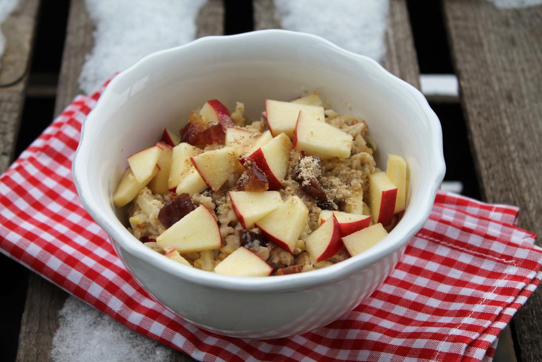 Wärmender Apfel-Porridge mit Datteln