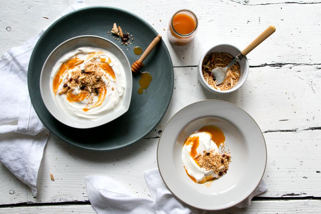 fruehstueck mit Joghurt und muesli