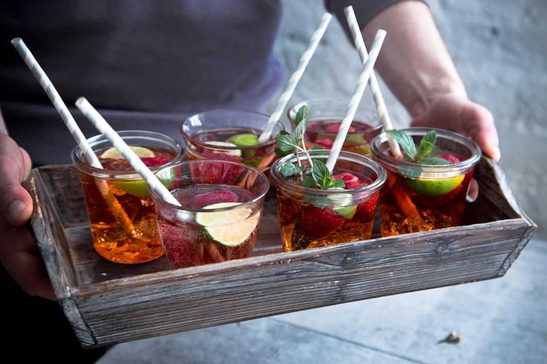 tablett mit drinks