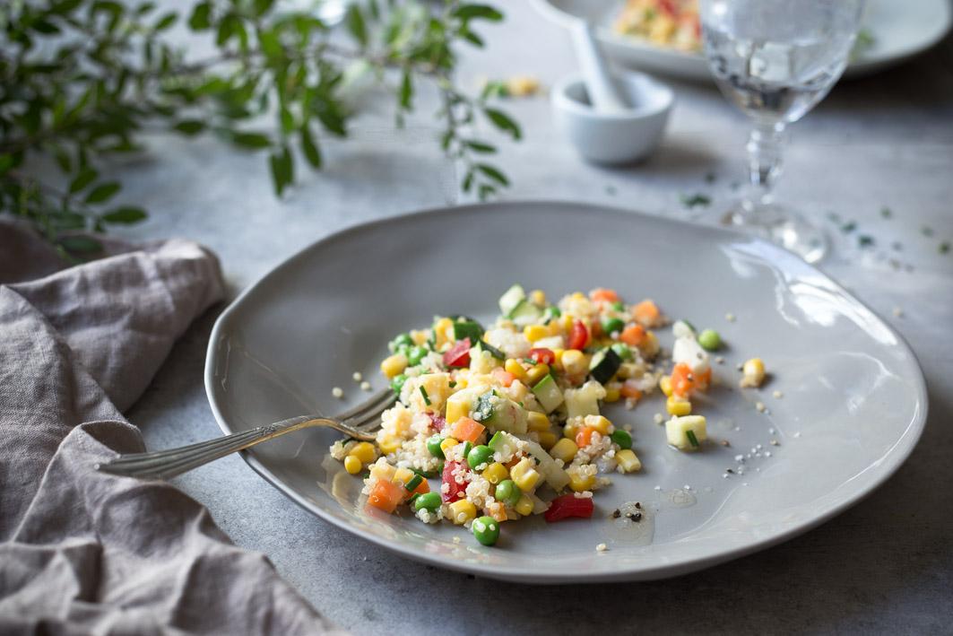 gesunder quinoa gemüse salat