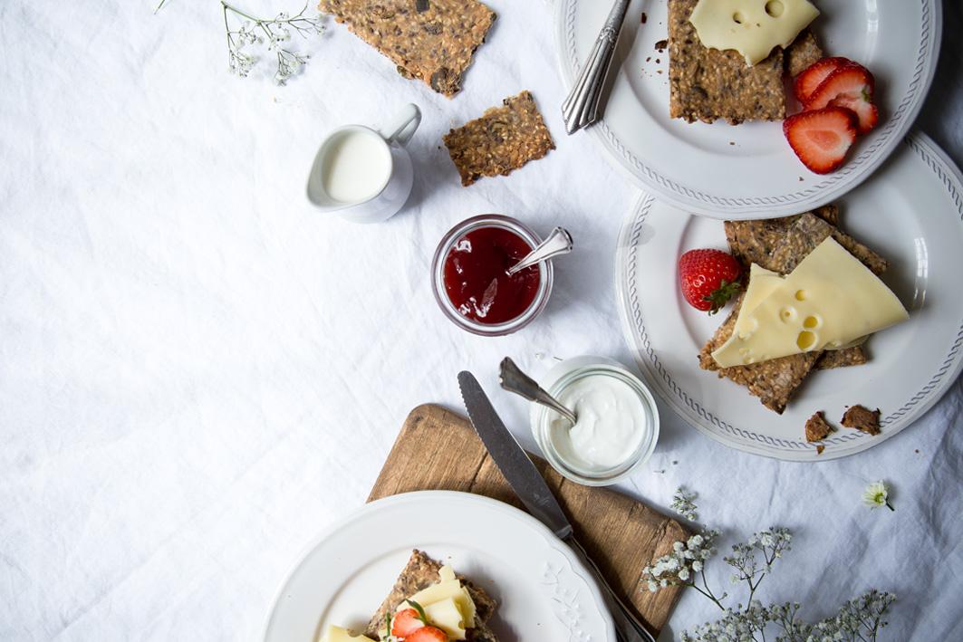 knaeckebrot mit kaese und marmelade