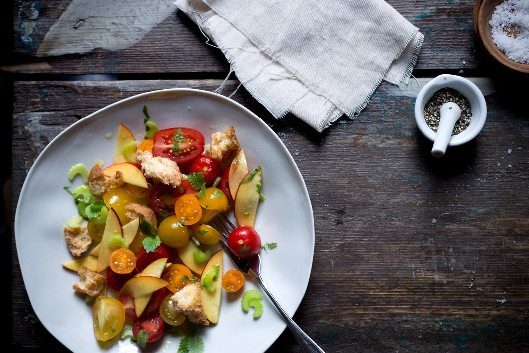 brotsalat mit Pfirsich und Tomaten