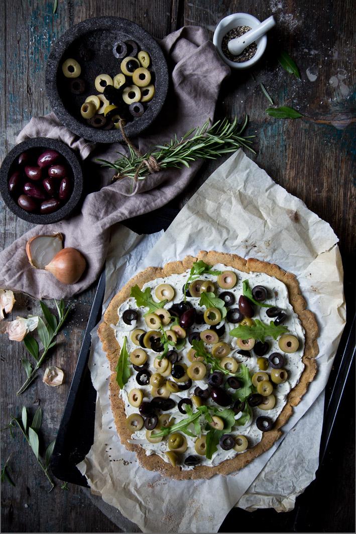 mediterraner olivenflammkuchen mit philadelphia
