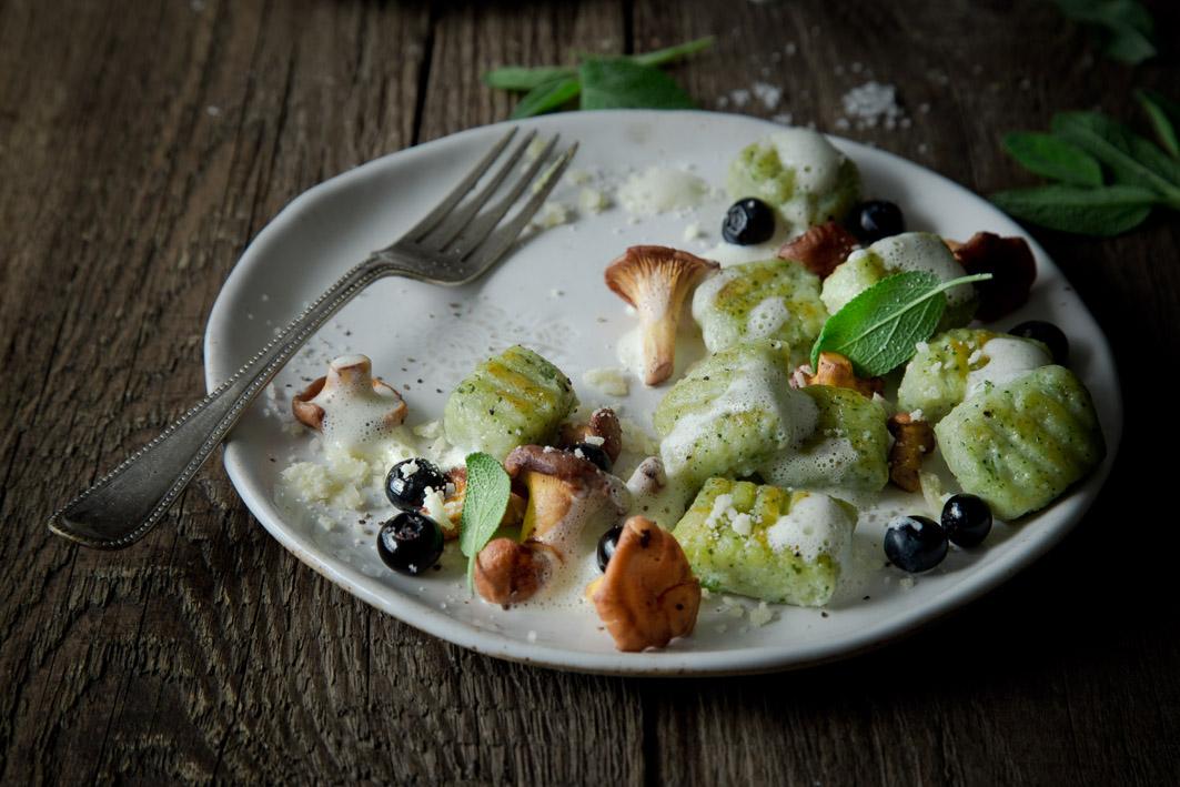 gnocchi mit pfifferlingen und blaubeeren