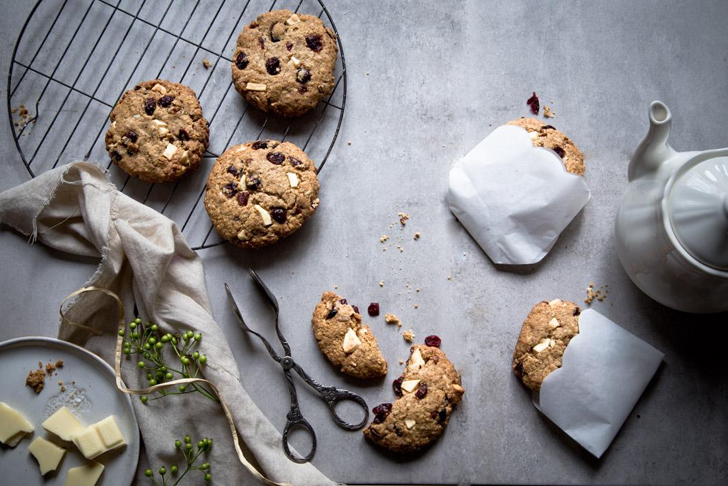 hafer cookies mit weißer schokolade und cranberries