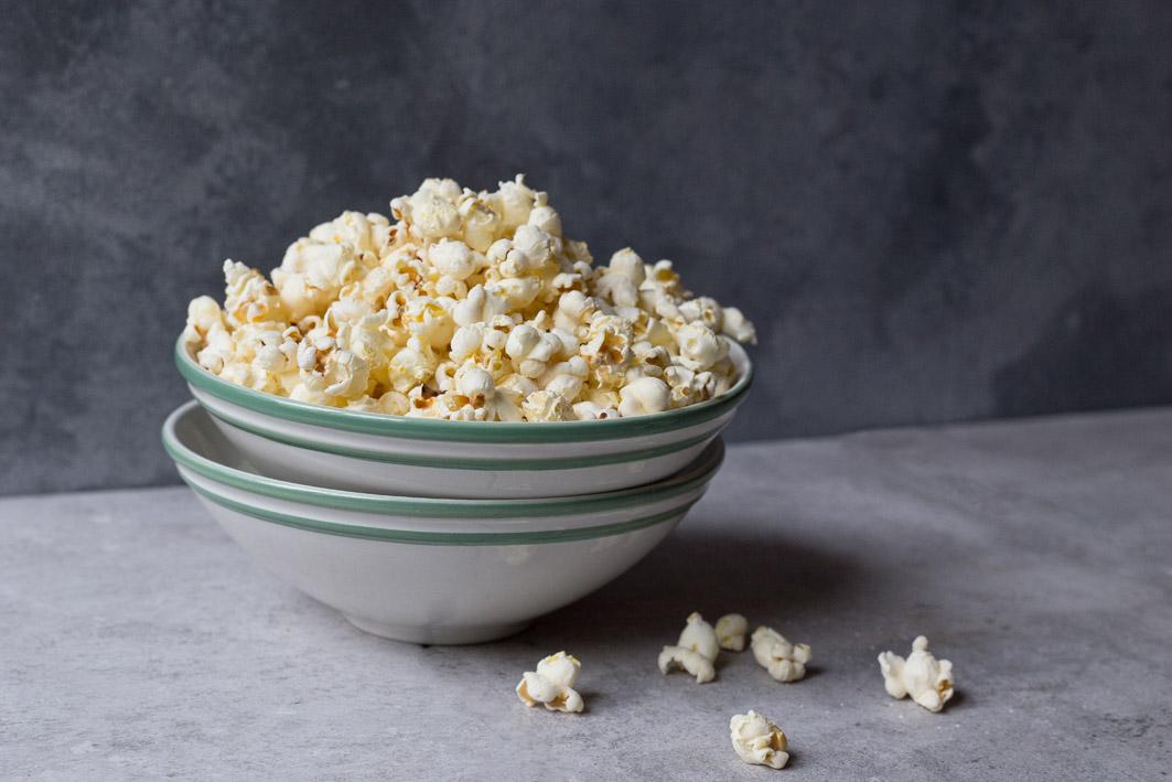 schuessel mit popcorn
