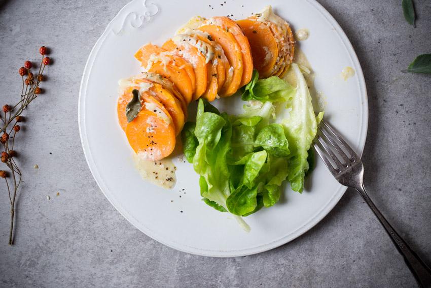 suesskartoffelgratin mit salat
