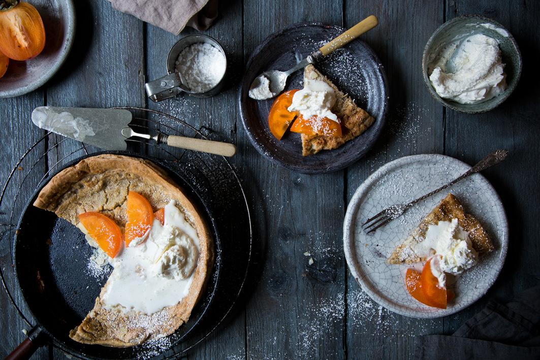 Pfannkuchen aus dem Ofen mit Kaki und Kokossahne