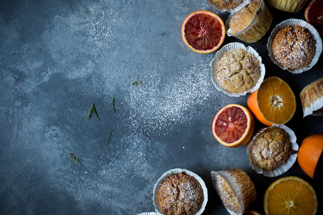 Orangen und Muffins