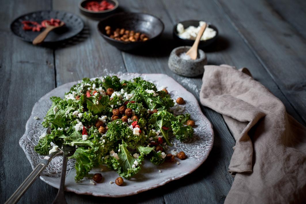 Grünkohlsalat mit Avocado und Kichererbsen
