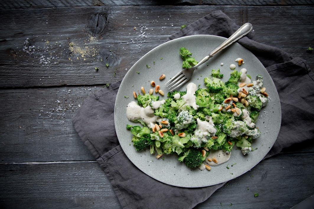 Roher Brokkoli Salat mit Caesar's Dressing