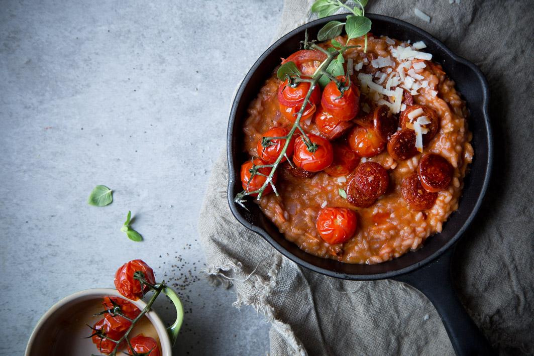 Tomatenrisotto mit kross gebratener Chorizo