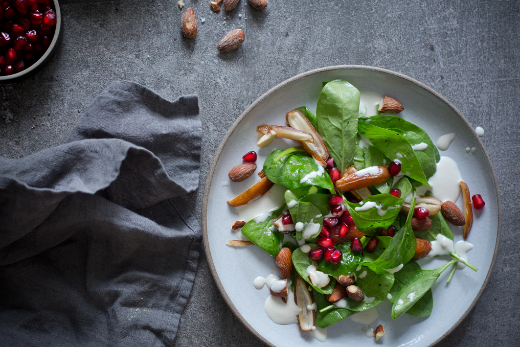 Einfacher israelischer Spinatsalat mit Tahini Dressing und Datteln