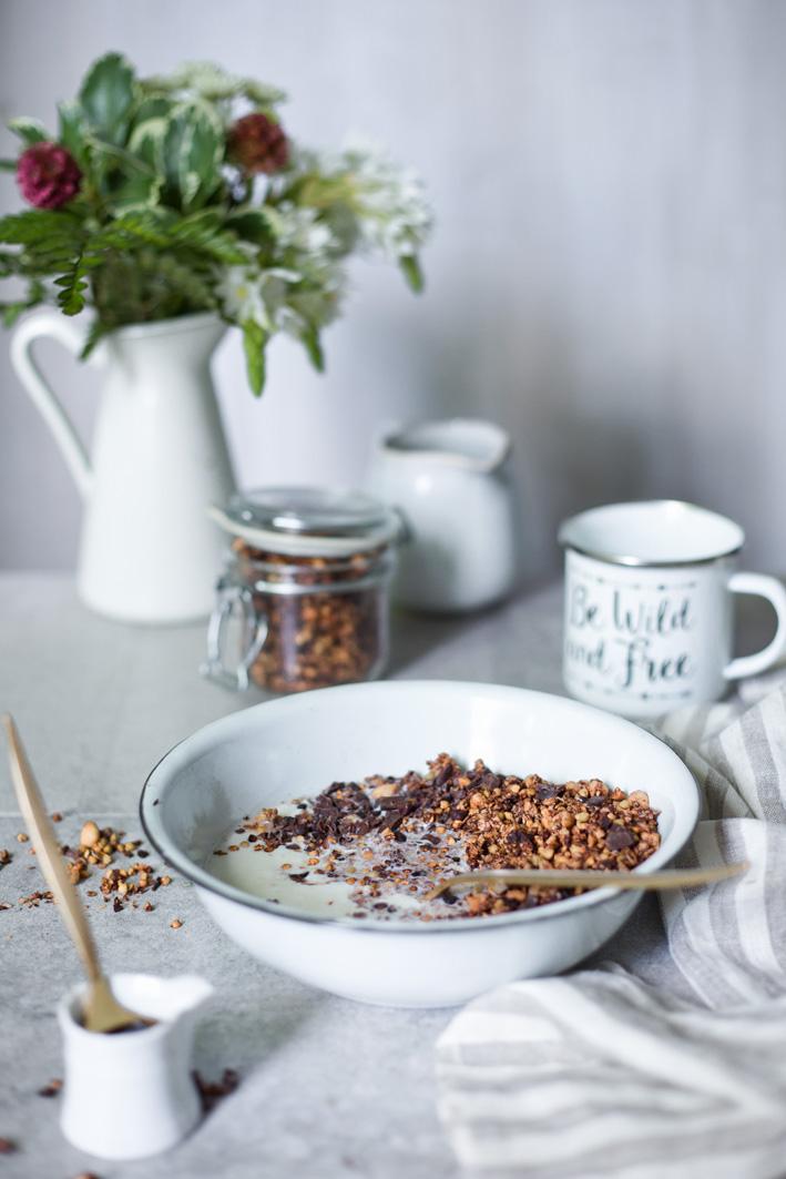 Frühstück mit knusprigem Schokoladenmüsli