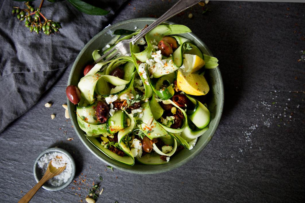 Roher Zucchinisalat mit Feta, Oliven und Pinienkernen