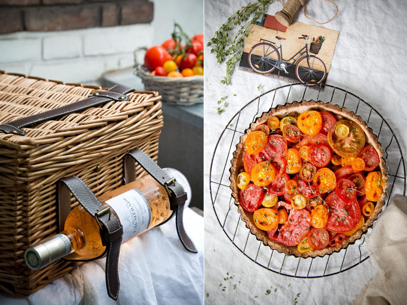 Tomatentarte und Wein für ein Picknick