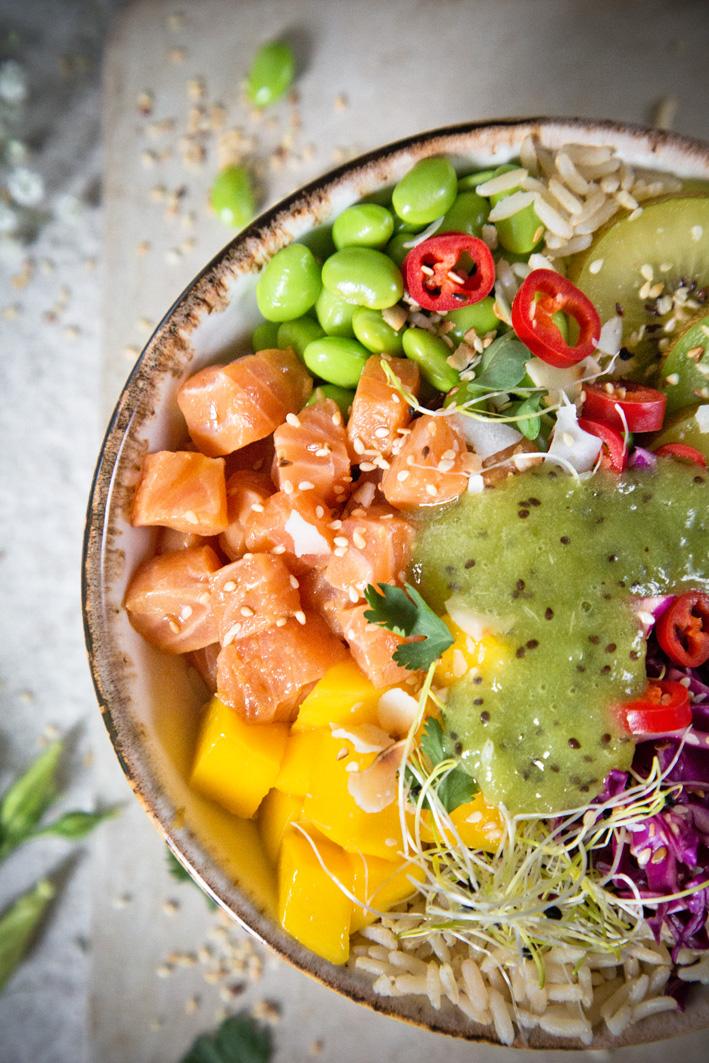 Poke Bowl mit mariniertem lachs und Kiwi Dip
