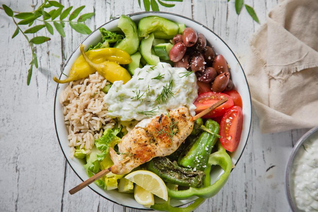 Griechische Tsatsiki Reis Bowl