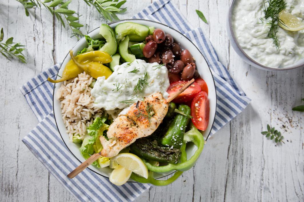 Griechische Tsatsiki Reis Bowl mit Hühnchenspieß