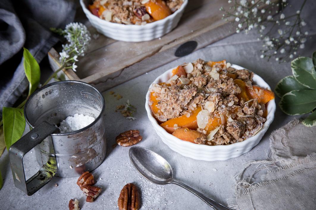 Aprikosencrumble mit Pekannüssen