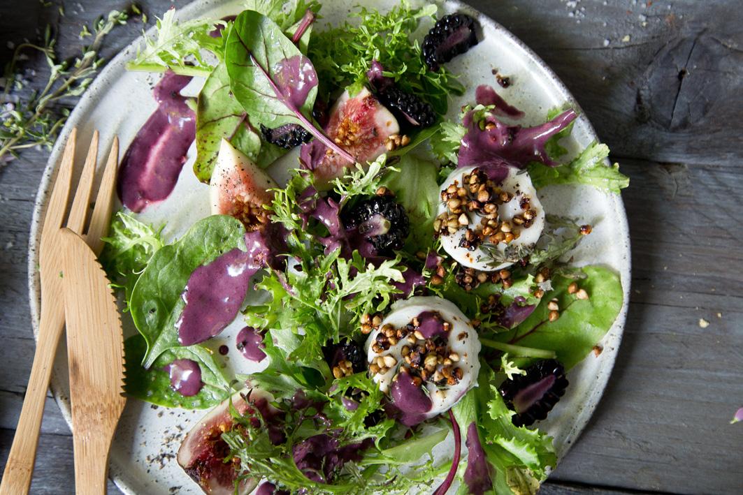 Salat mit Ziegenkäse und Brombeeren