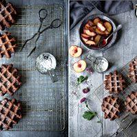 Schokoladenwaffeln mit heißen Pflaumen