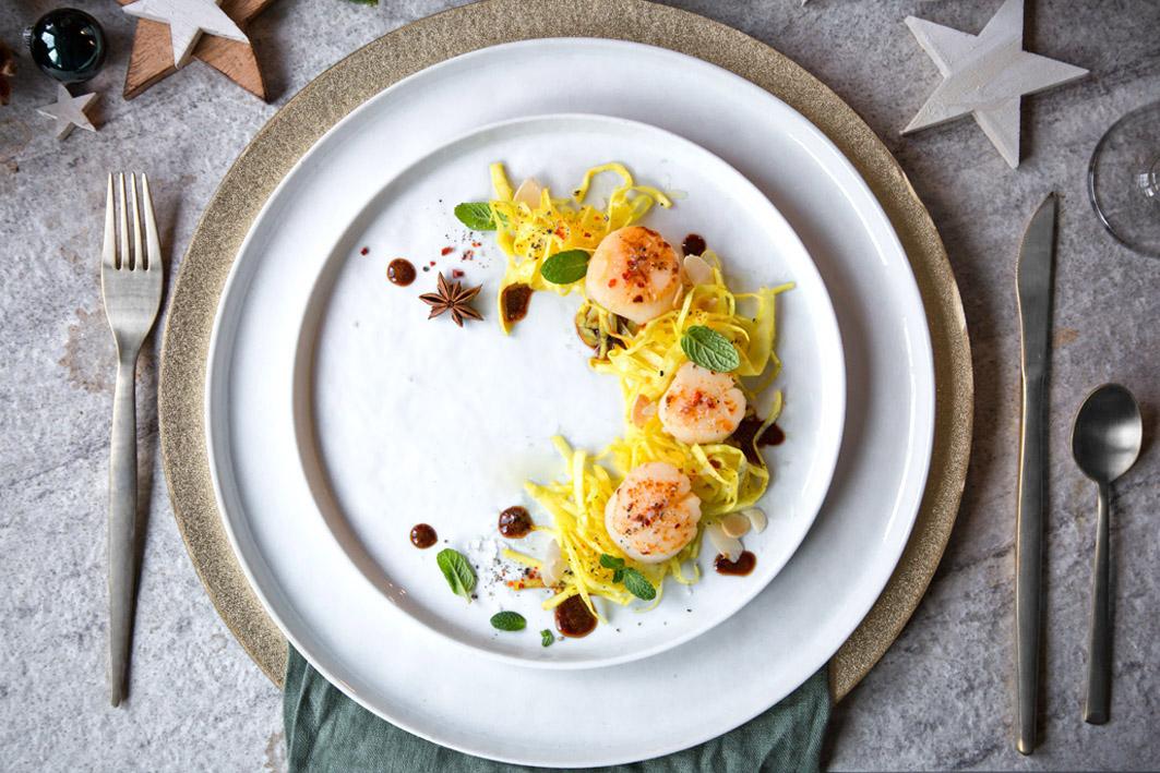 Gebratene Muscheln mit Safran-Spitzkohl-Salat
