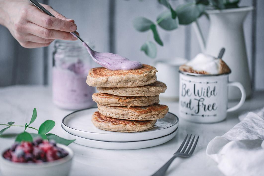 Haferflocken Pancakes mit Aroniaquark