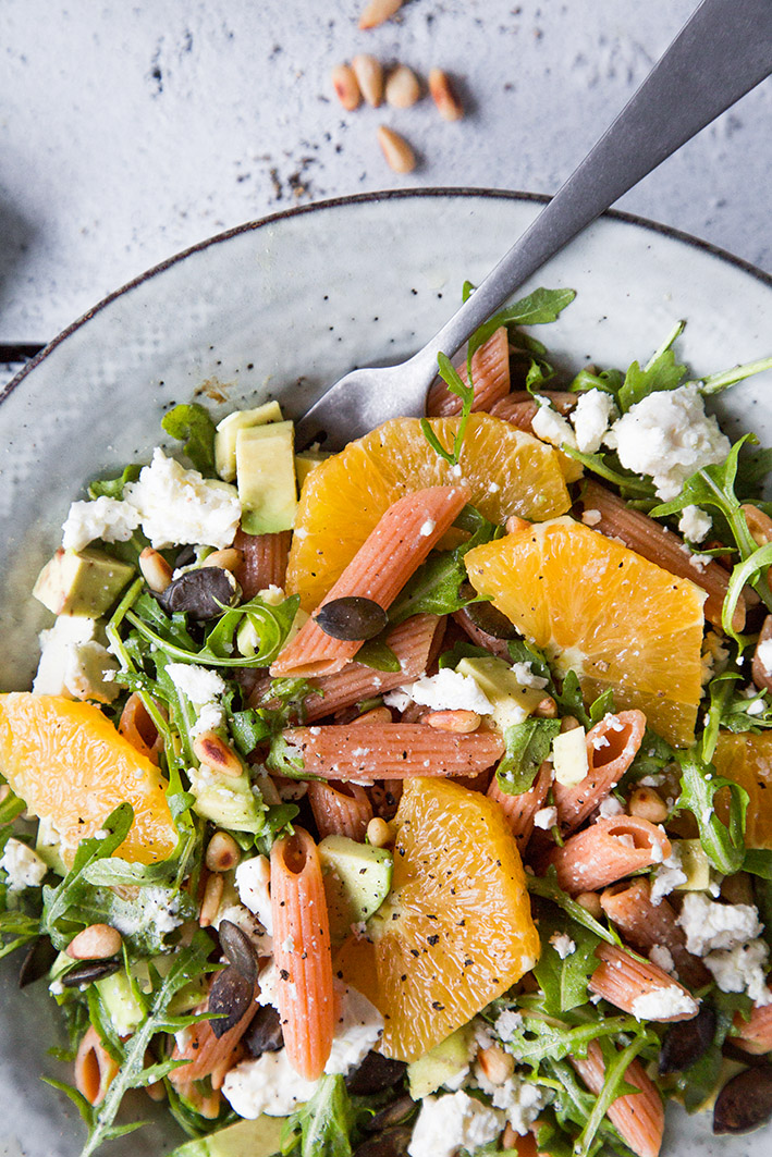 Winterlicher Nudelsalat mit Orangen, Feta und Avocado