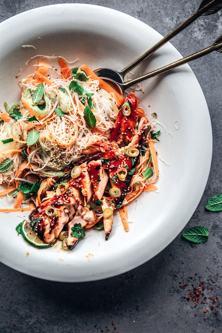 Lachs in süß-scharfer Sriracha-Marinade mit frischem Glasnudelsalat