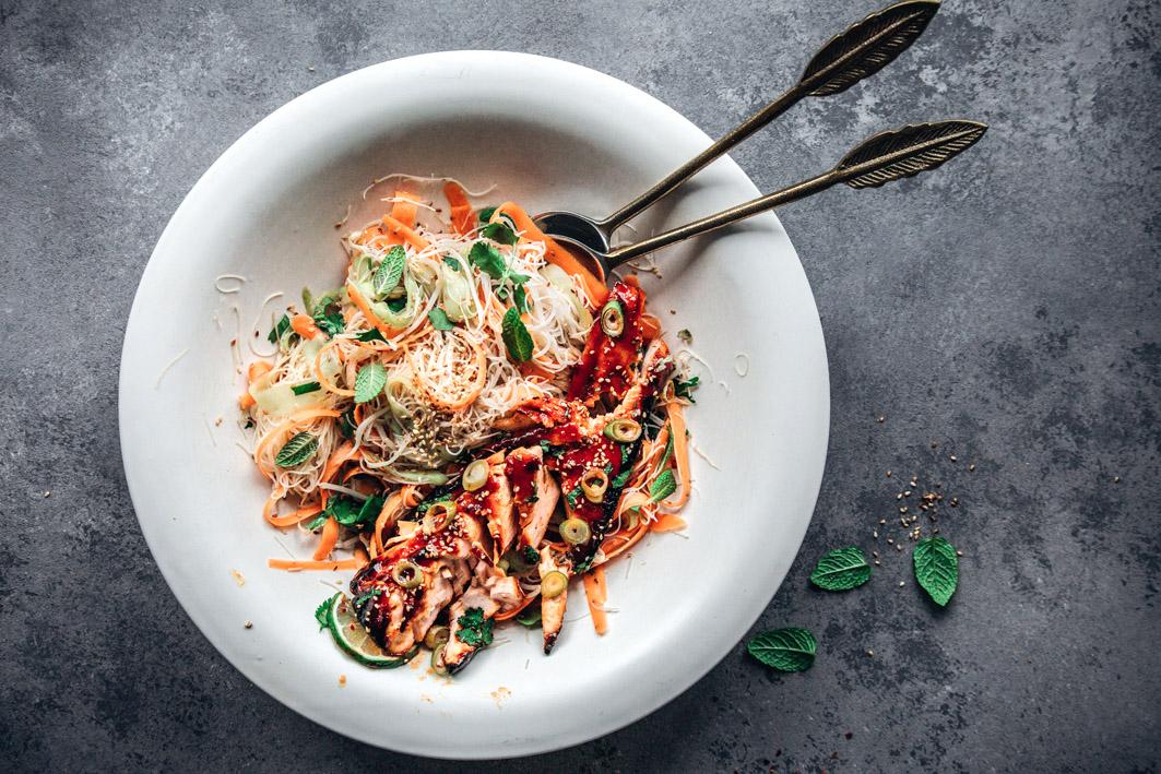 Glasnudelsalat mit Möhren und Gurken, dazu Sriracha Lachsfilet