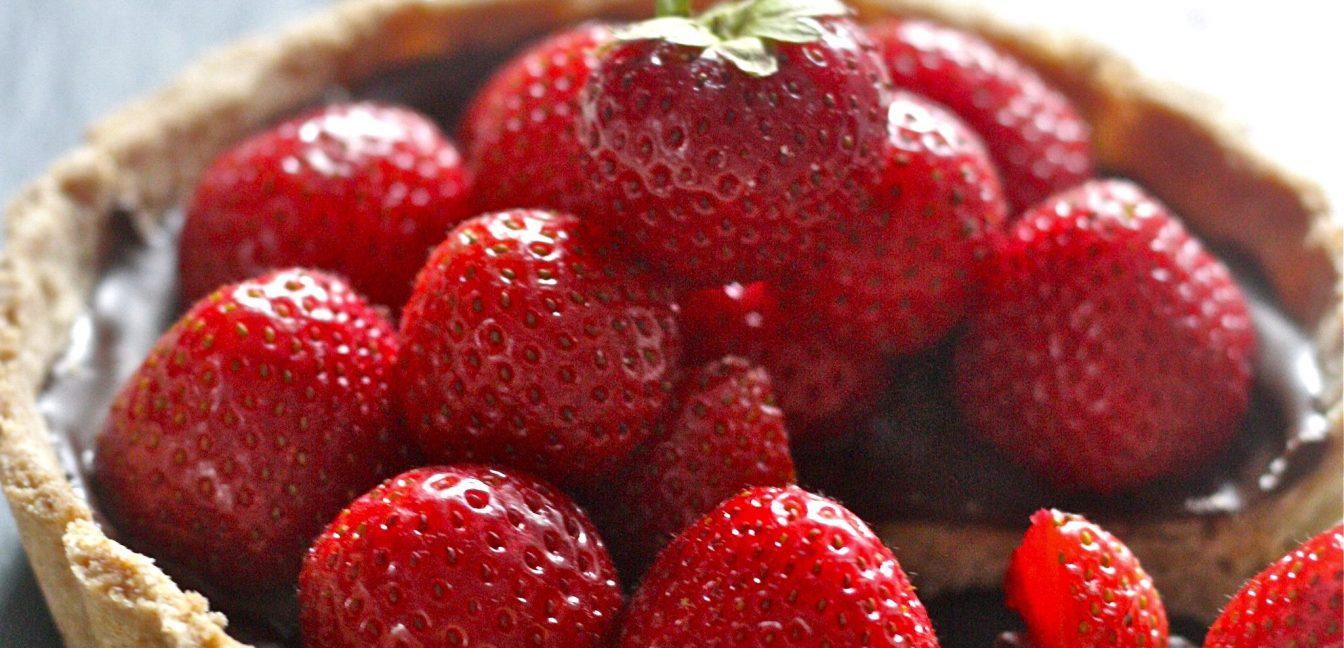 Tarte mit brauner Butter und Erdbeeren