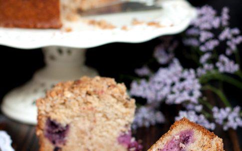 Brombeer Haselnuss Kuchen mit Streuseln.