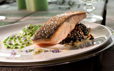 Lachs mit Erbsenpüree und Weißweinsauce