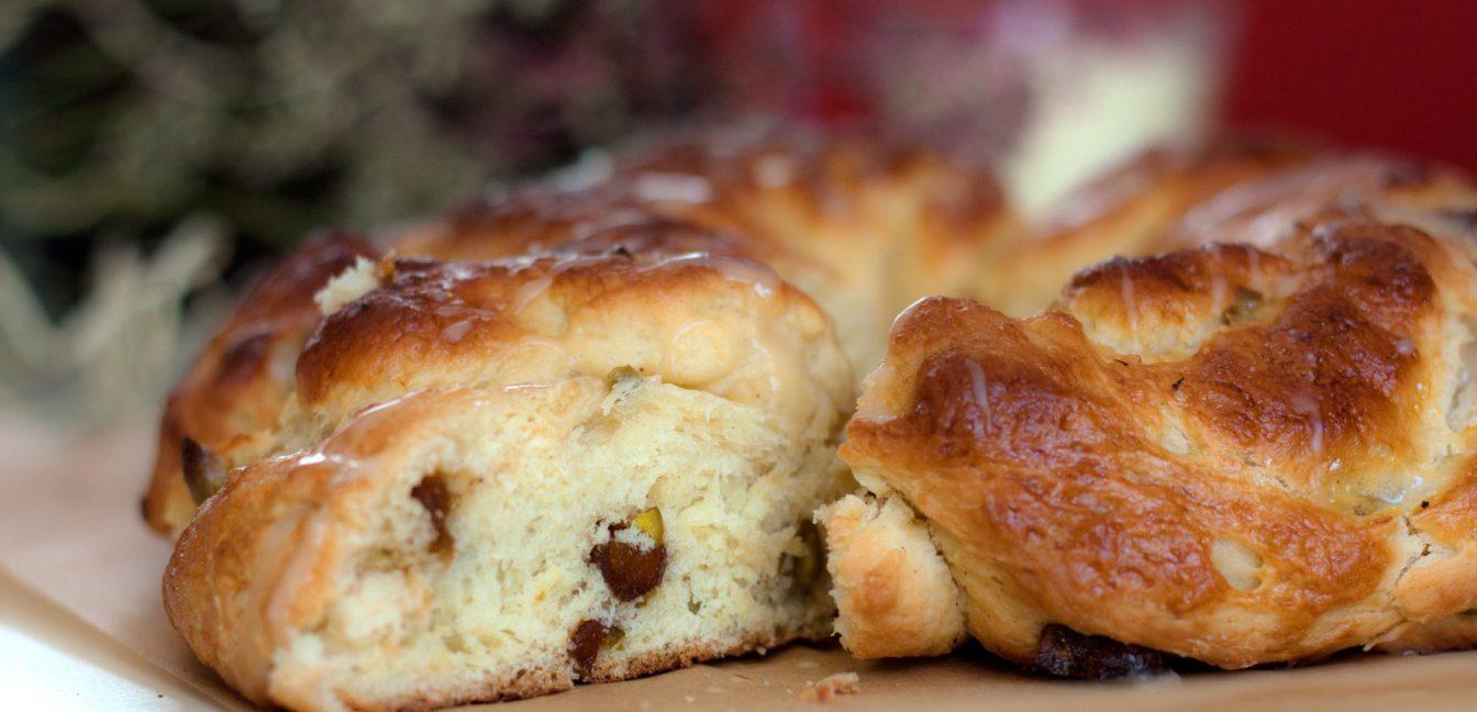 Frohe Ostern und ein Hefekranz zum Osterfrühstück oder Kaffee