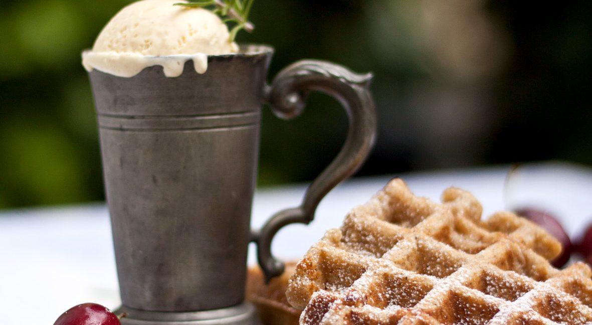 Buchweizenwaffeln mit Vanille-Rosmarineis und Kirschen