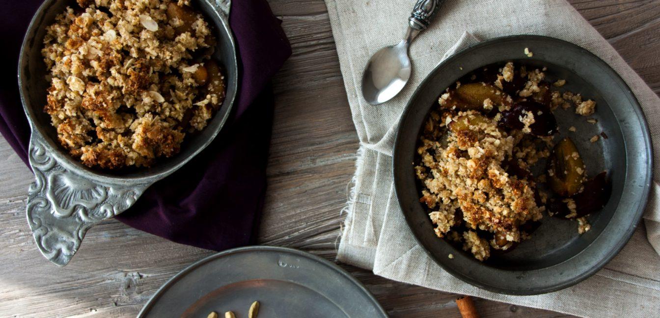 Pflaumen-Crumble mit Buchweizen-Quinoa-Streuseln
