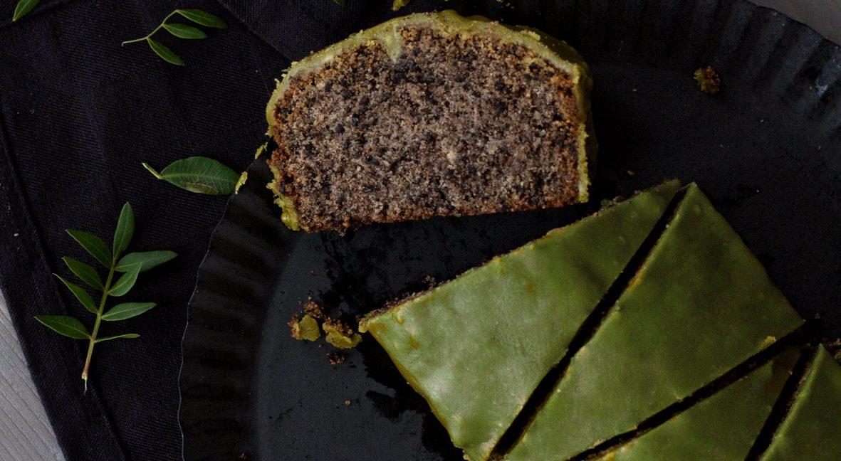 Schwarzer-Sesam-Kuchen mit Matcha-Glasur