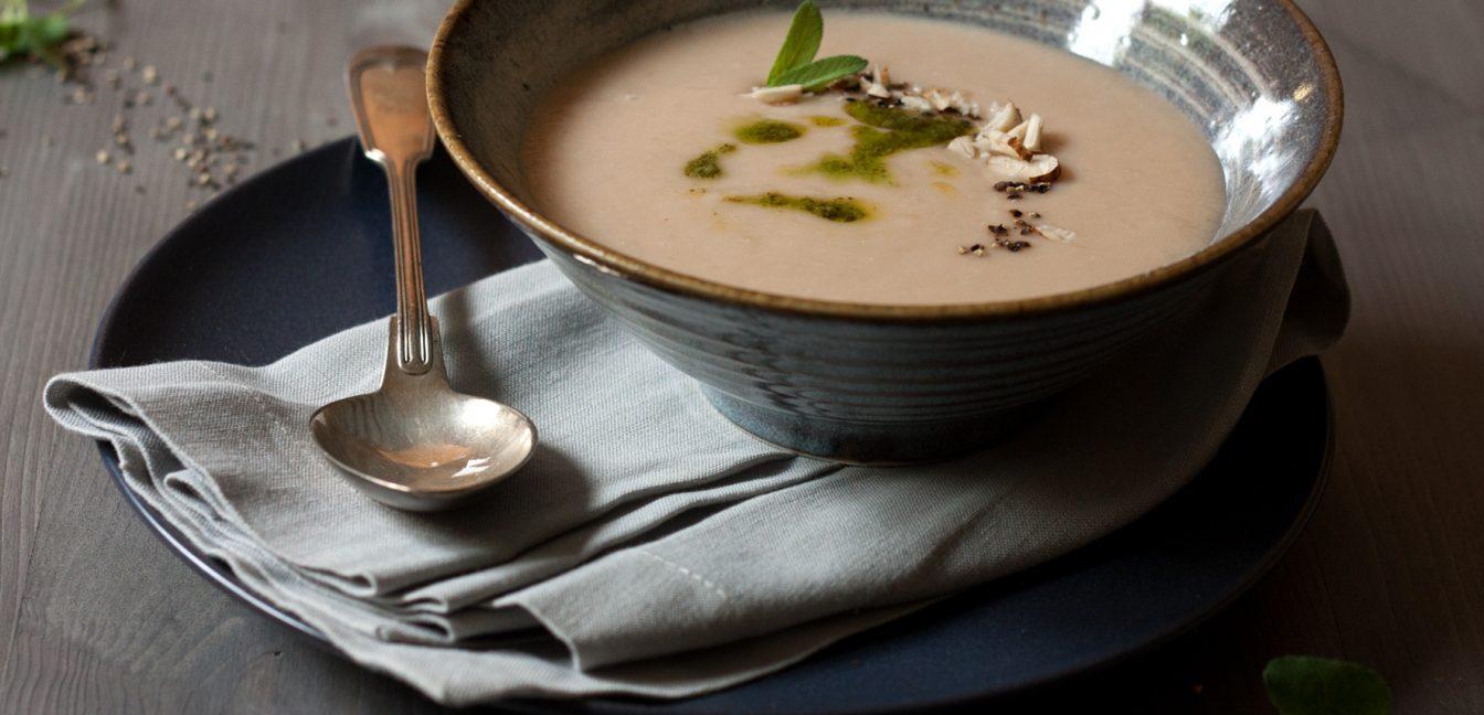 Alles ohne Knoblauch: Weiße Bohnen-Mandel-Suppe mit Salbei-Pesto