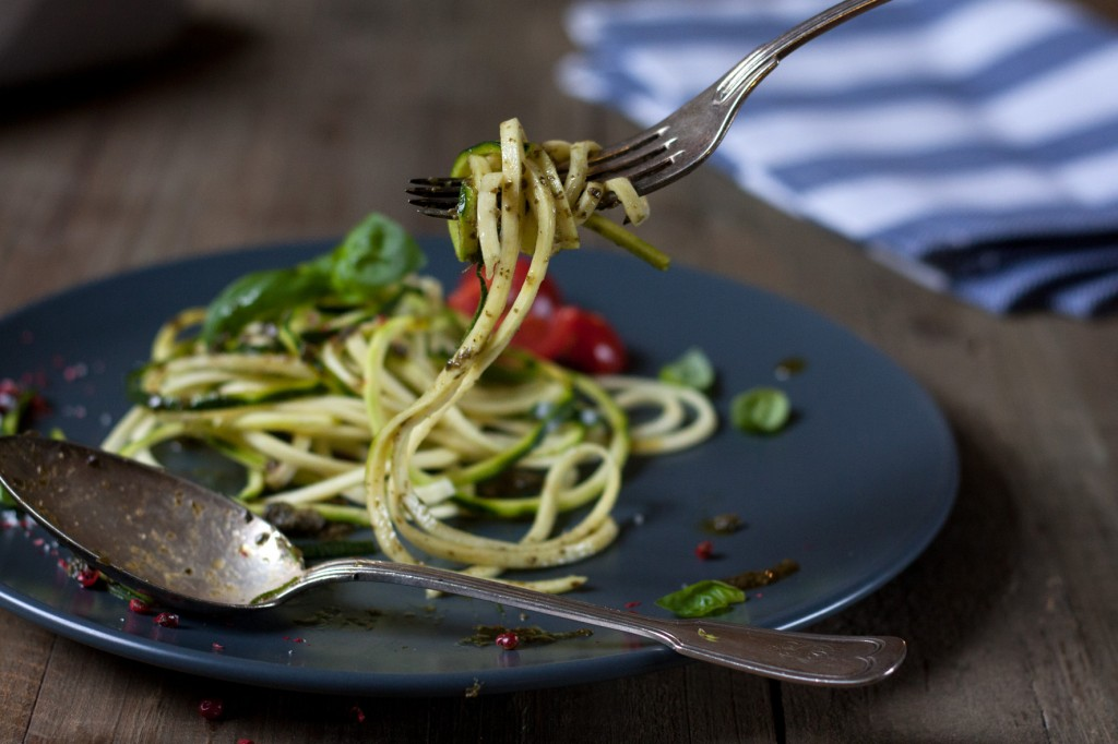 zucchini pasta mit pesto foodlovin 39. Black Bedroom Furniture Sets. Home Design Ideas