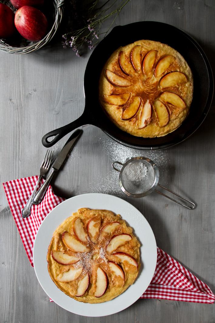 apfelpfannkuchen in pfanne