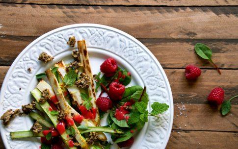 Gebratener Spargel mit Himbeerdressing und Quinoa-Croutons