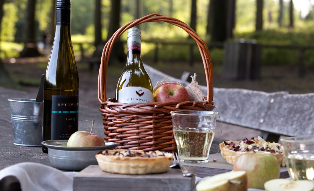 Herbstpicknick mit Wein und Pilztartelettes.