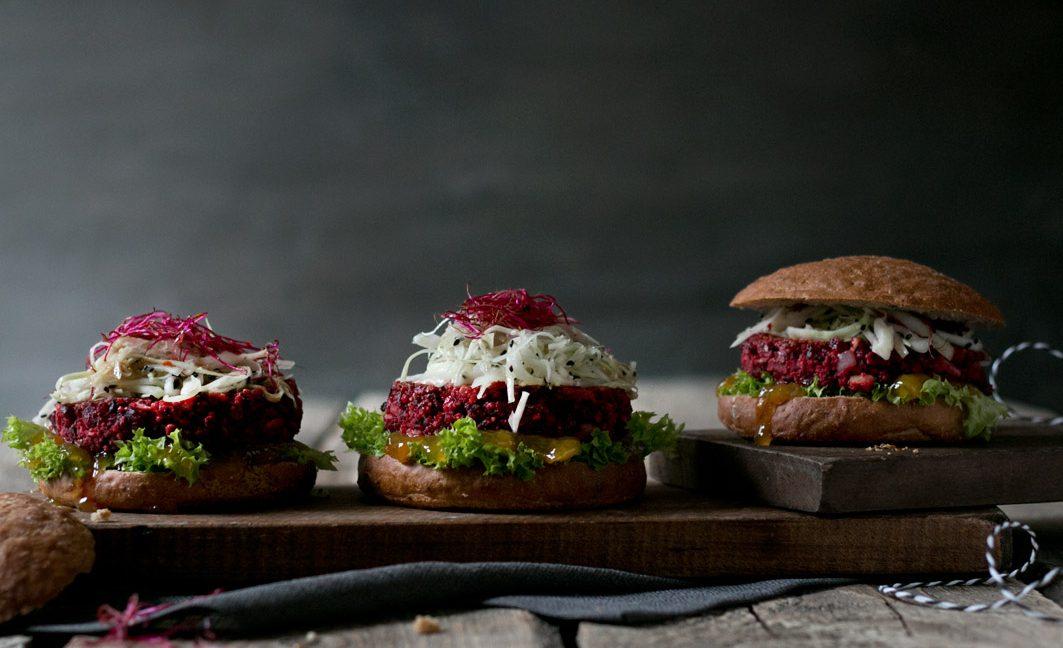 Rote Bete Burger mit Tahini-Honig-Sauce und Krautsalat.