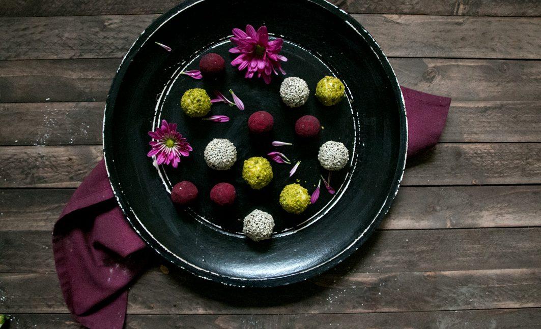 Selbst gemachte Pralinen mit Sesam, Cassis und Pistazien.