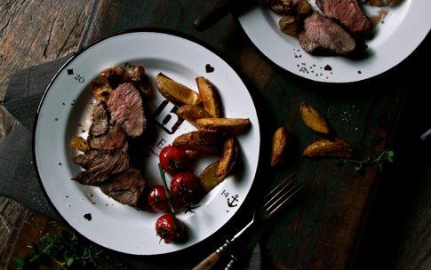 Rinderbraten mit Röstkartoffeln und Whisky-Sauce.