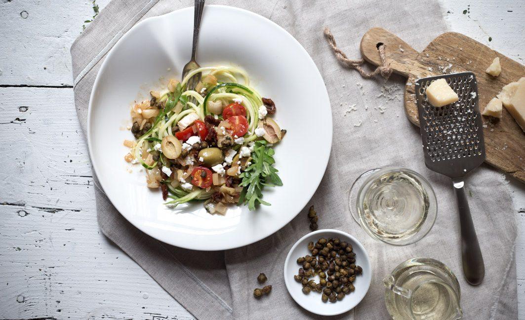 Mediterrane Zucchini-Nudeln.