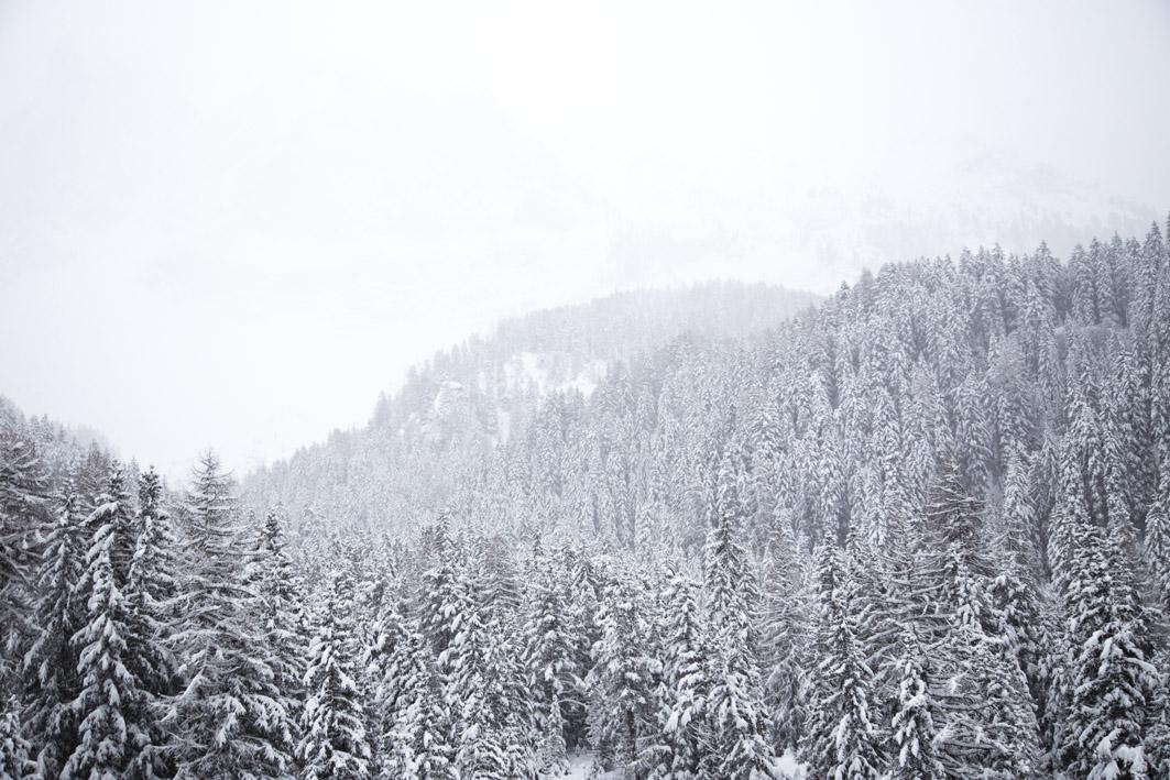 verschneite berge in südtirol